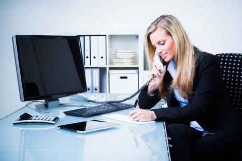 junge frau führt ein geschäftliches telefonat
